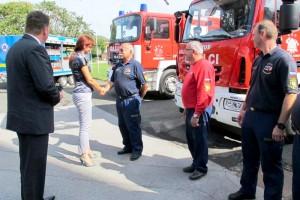 Ministrica Katič z gasilci ob obisku v Pomurju