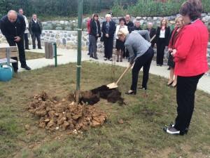 Ministrica Kopač Mrak posadila drevo v DSO Metlika