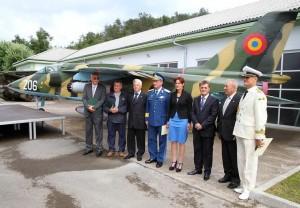 Obrambna ministrica Katič ob letalu Orel