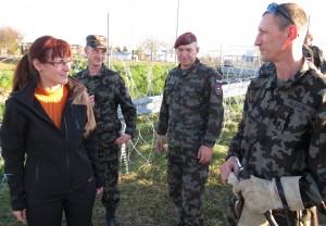 Katičeva z vojaki o ograji