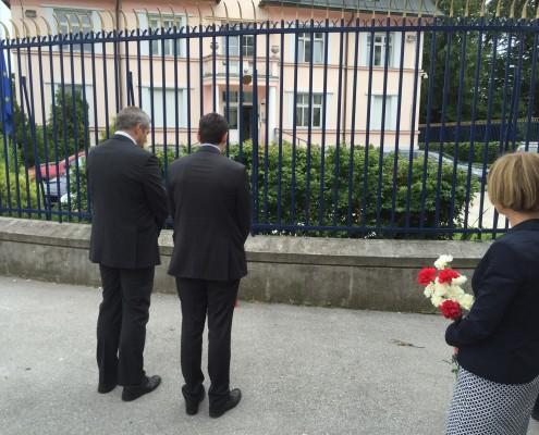 Poklon Židana pred FRA veleposlaništvom